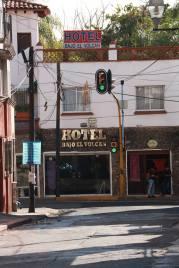 Hotel Bajo el Volcán, que invita a pensar en el Hotel Casino de la Selva (donde hay actualmente un Costco).